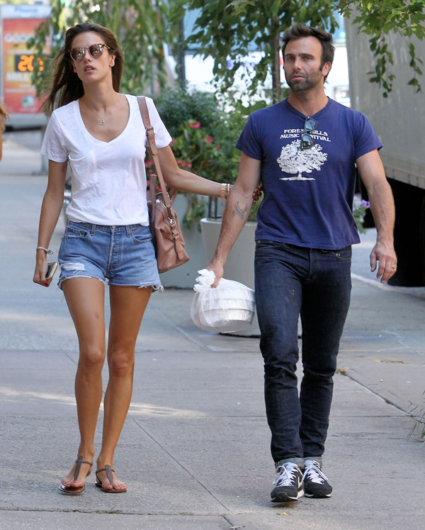 Alessandra Ambrósio e Jamie Mazur passeiam por Nova York