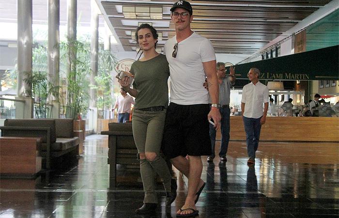 Cleo Pires e Rômulo Arantes curtem passeio em shopping