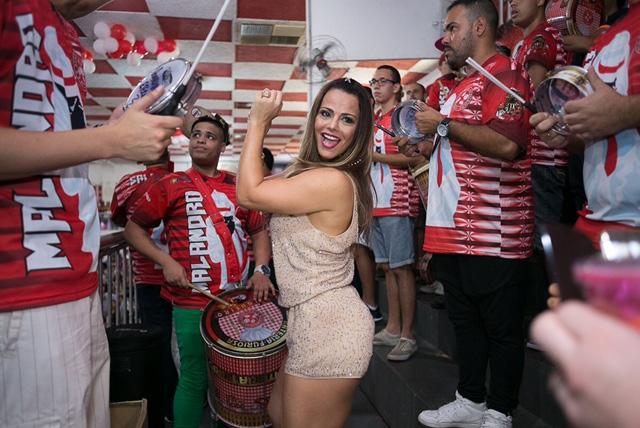 Viviane Araújo recebe Ailton Graça no ensaio do Salgueiro