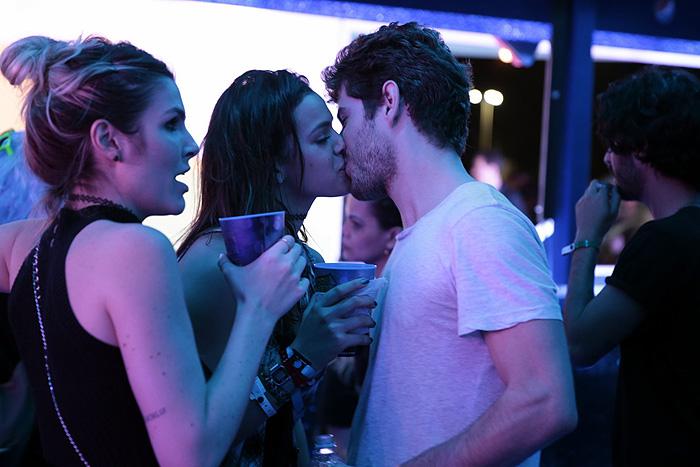Bruna Marquezine e Maurício Destri se beijam no Rock in Rio