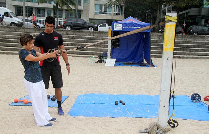 Cláudia Rodrigues mostra exercícios físicos no Leblon, no RJ