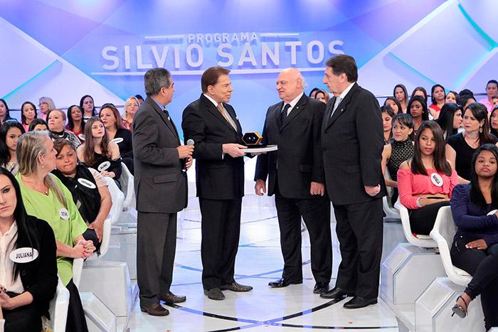 Silvio Santos recebe prêmio durante programa no SBT