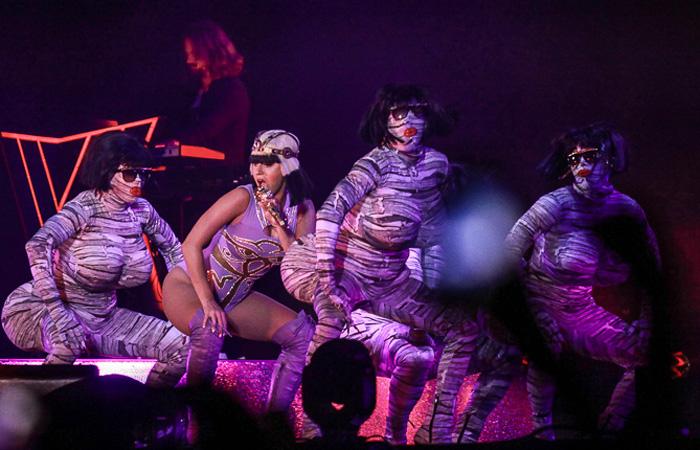 Katy Perry requebra até o chão e mostra elasticidade em show