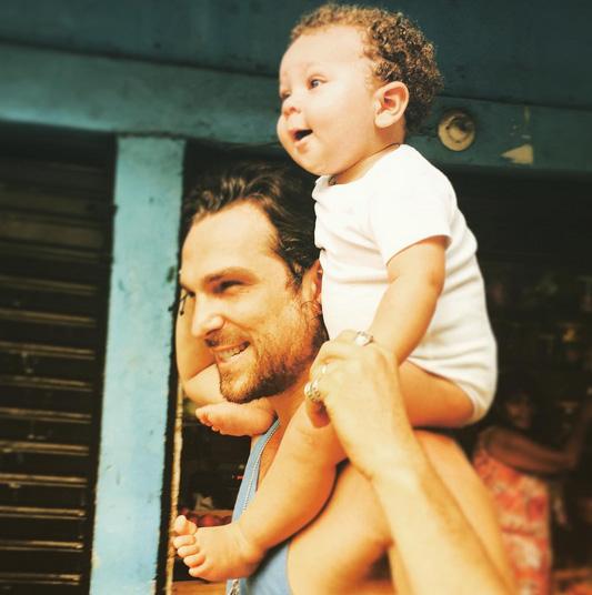 Igor Rickli celebra o primeiro aniversário do filho na web
