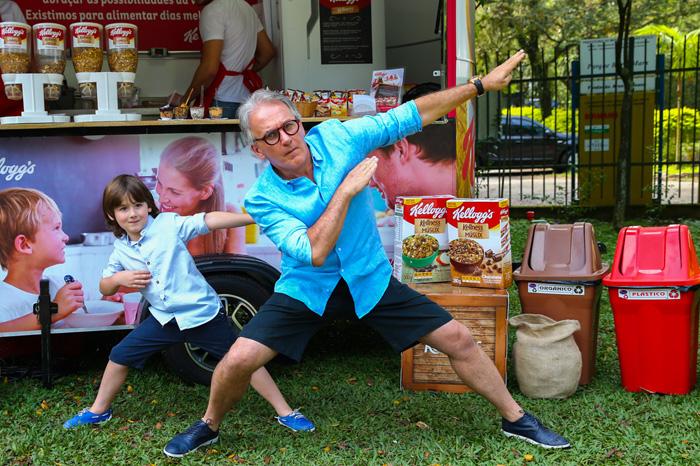 Cheio de pose, Fiuk é clicado durante evento em São Paulo
