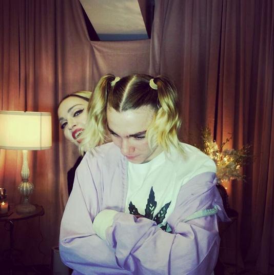Filho de Madonna aparece de chuquinha em foto