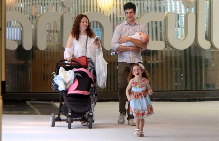 Mateus Solano se diverte com a filha durante passeio no Rio