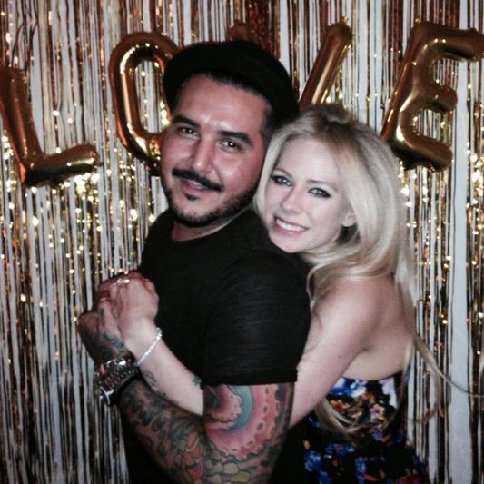 Avril Lavigne comemora aniversário com amigos