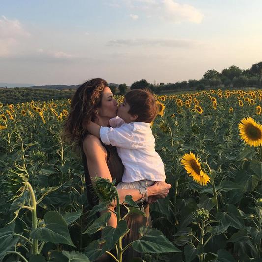 Luciana Gimenez posa com Lorenzo na Itália