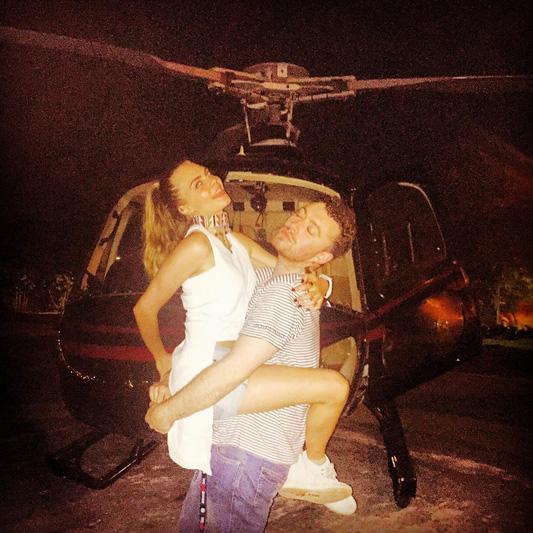 Sam Smith passeia de helicóptero com Cara Delevingne