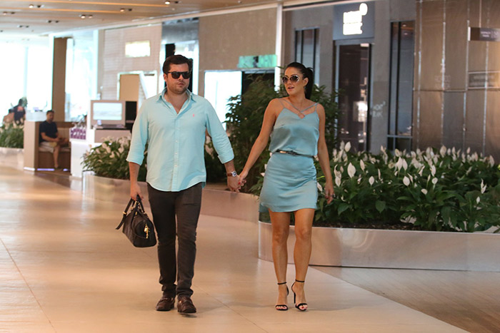Helen Ganzarolli dispensa sutiã em passeio com o namorado