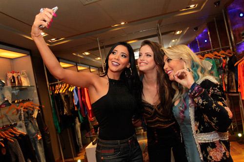 Agatha Moreira tira selfies e esbanja simpatia em evento