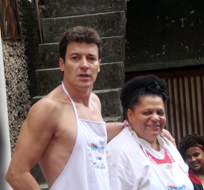 Rodrigo Faro aposta em avental e sunga para gravação no Rio
