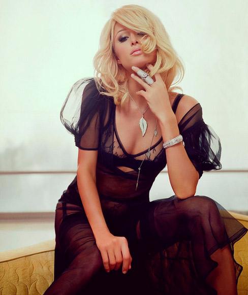 Paris Hilton posa com look decotado e transparente