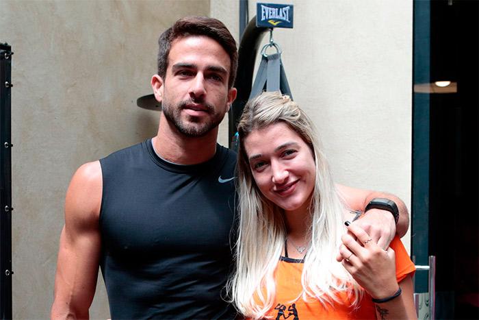 Gabriela Pugliesi e seu novo namorado comparecem em evento