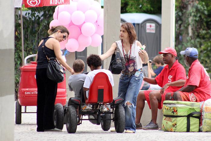 Drica Moraes passeia com calça estilosa ao lado do filho