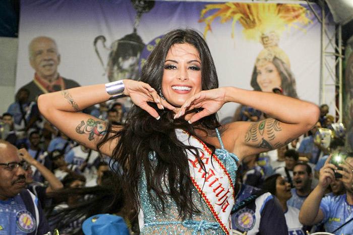 Aline Riscado é coroada rainha de bateria da Tucuruvi