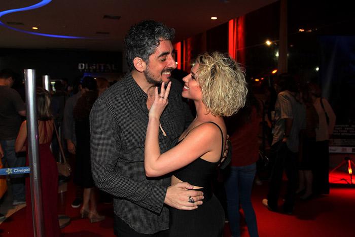 Bruna Linzmeyer troca carinhos com o ex em evento