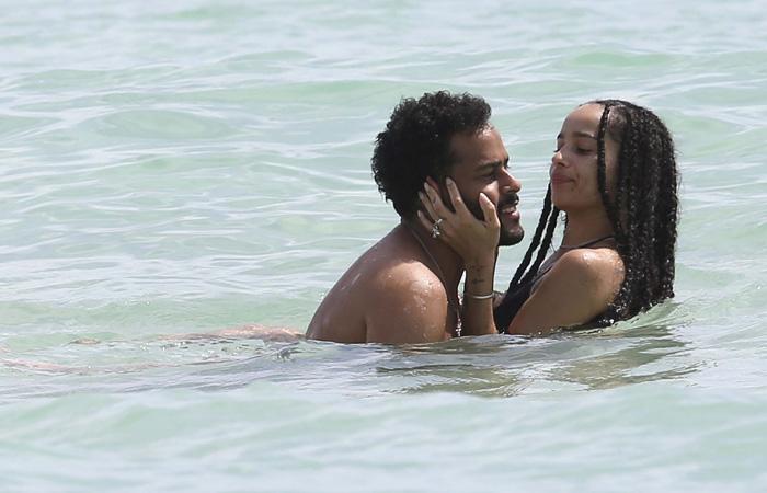 Filha de Lenny Kravitz surge em clima de romance em praia