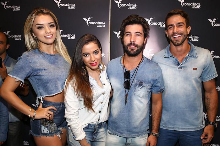 Anitta posa cheia de charme em inauguração em São Paulo