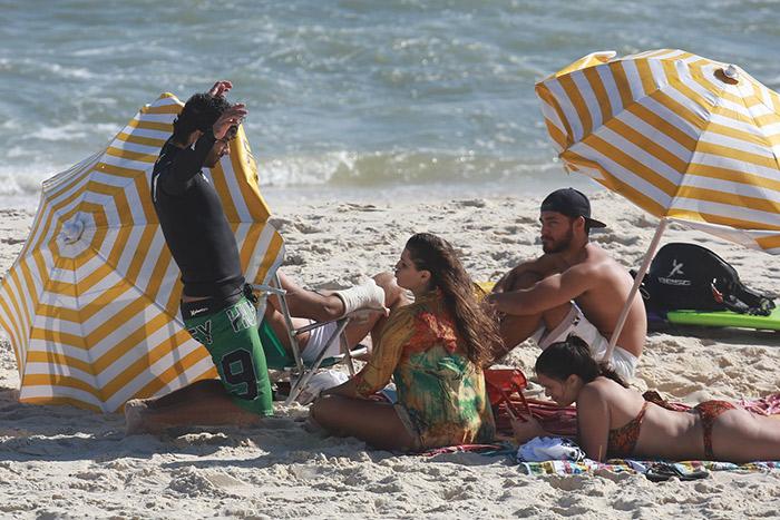 Com look colorido, Deborah Secco vai à praia com namorado