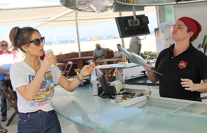 Sabrina Sato grava em quiosque de praia carioca