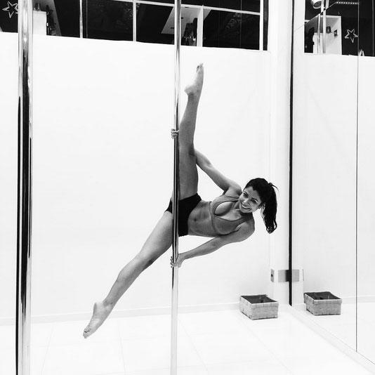 Anna Lima chama atenção de fãs ao mostrar flexibilidade