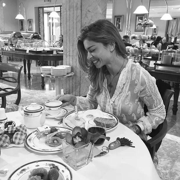 Grazi Massafera toma café da manhã em hotel na Itália