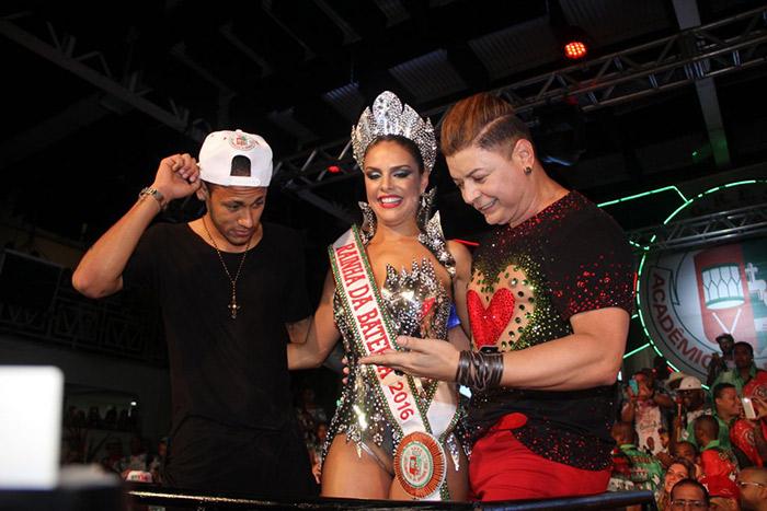 Neymar entrega coroa de Rainha de Bateria à Paloma Bernardi