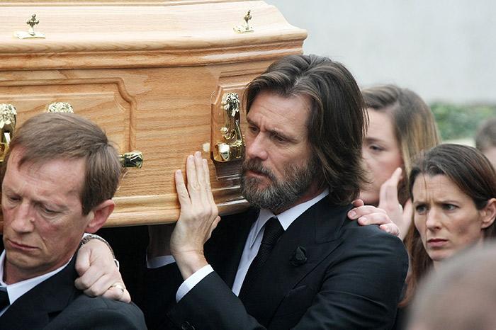 Jim Carrey participa de enterro de Cathriona White