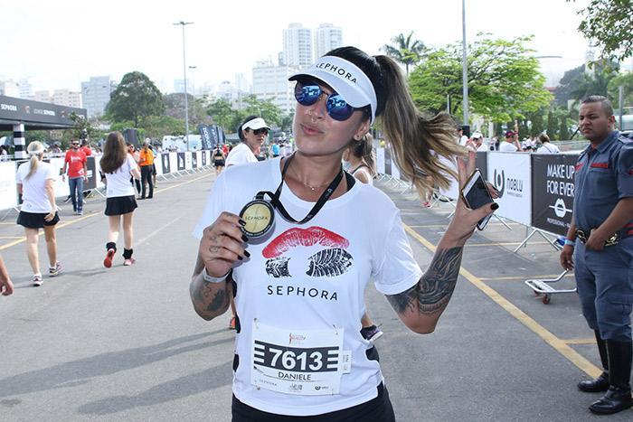 Dani Bolina participa de corrida e esbanja charme