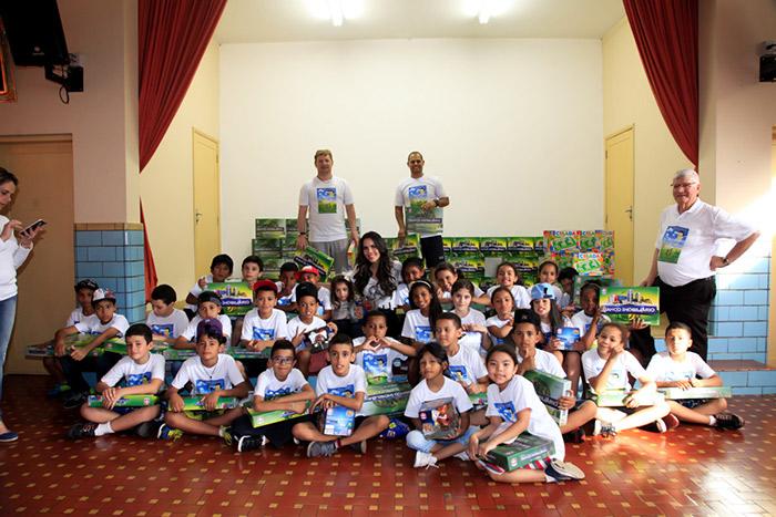 Daniela Albuquerque visita orfanato e distribui brinquedos