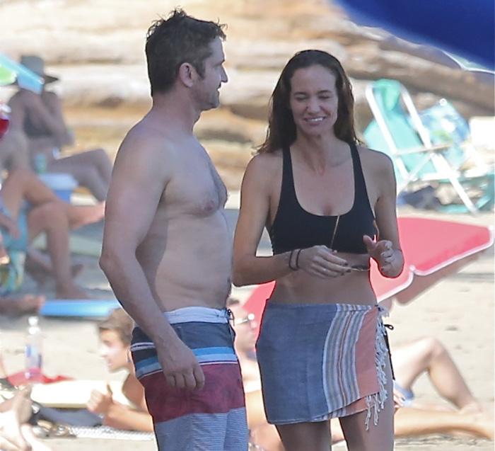Gerard Butler curte praia com a namorada