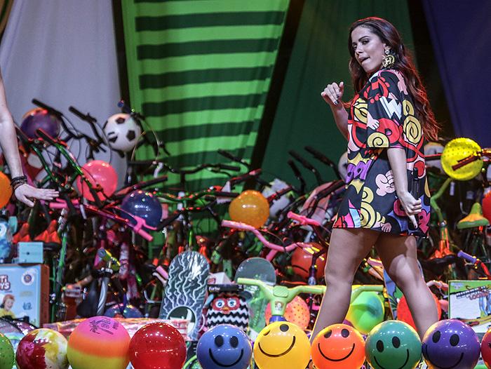 Anitta consegue resistir aos doces durante show