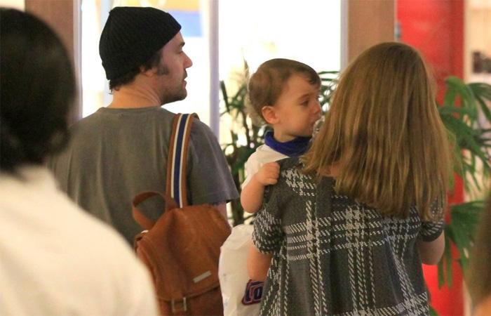 Alinne Moraes passeia com o filho e marido em shopping