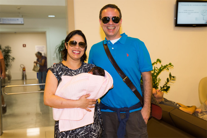 Dudu Braga e esposa deixam maternidade com a filha