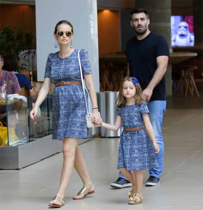 Grávida, Fernanda Rodrigues passeia com marido e filha
