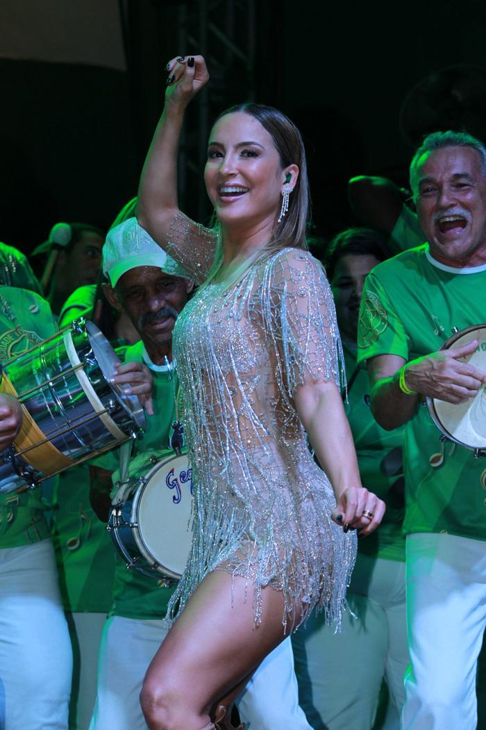 Claudia Leitte usa look de franjas em evento da Mocidade