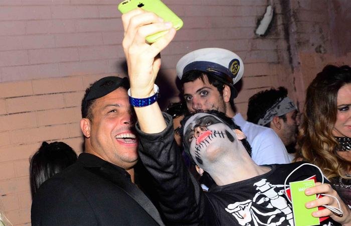 Ronaldo Fenômeno aparece mascarado em festa à fantasia