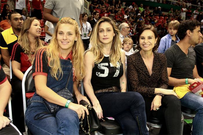 Carolina Dieckmann curte jogo de basquete com a família