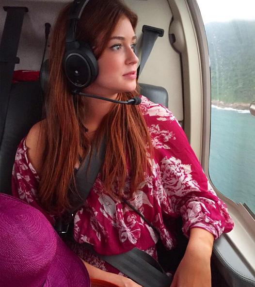 Marina Ruy Barbosa curte passeio de helicóptero pelo Rio