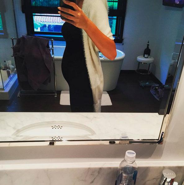 Chrissy Teigen mostra primeiros sinais da barriguinha