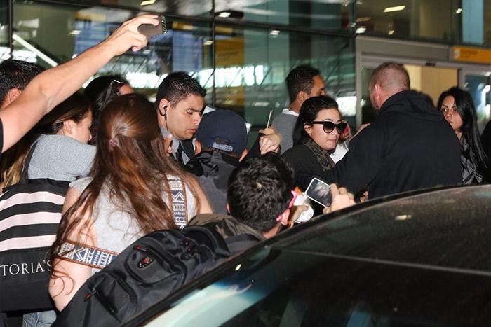 Em meio a tumulto, Demi Lovato chega ao Brasil