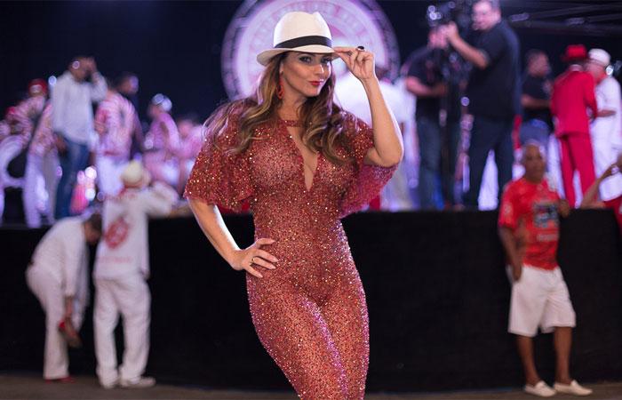 Com look justo, Viviane Araújo se joga no samba do Salgueiro