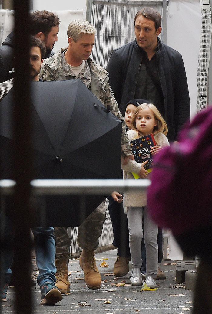 Brad Pitt aparece de cabelos grisalhos em set de novo filme