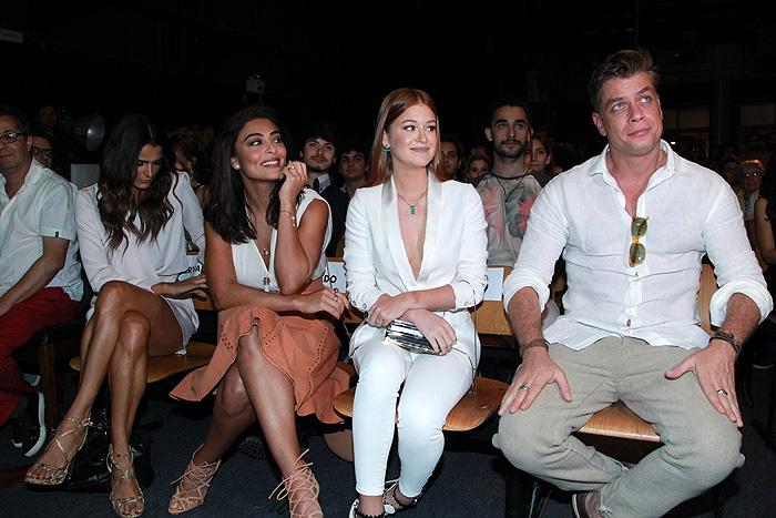 Juliana Paes é pura beleza em coletiva de imprensa