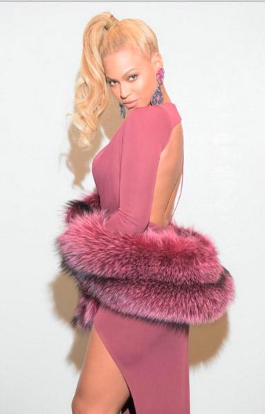 Beyoncé ousa em decote e esbanja corpão em evento