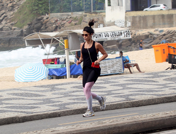 Ana Lima se exercita na orla do Leblon