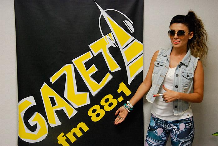 Paula Fernandes faz visita em rádio paulistana