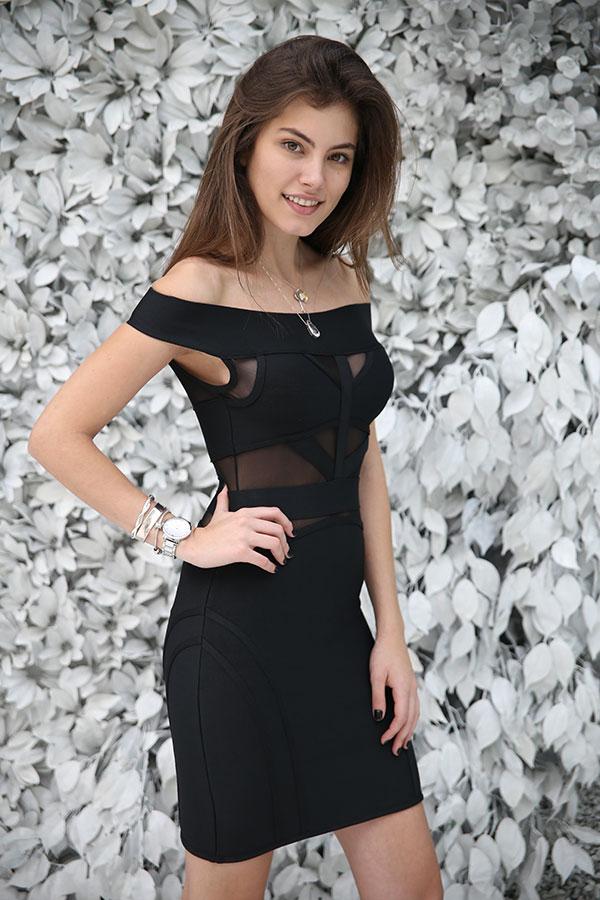 Com look transparente, Bruna Hamú confere nova coleção em SP.